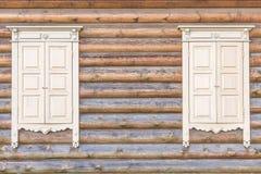 Ξύλινος τοίχος με τα παράθυρα στοκ φωτογραφίες με δικαίωμα ελεύθερης χρήσης