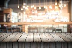 Ξύλινος τοπ πίνακας με το διάστημα για το προϊόν επίδειξης στο θολωμένο γ στοκ φωτογραφία
