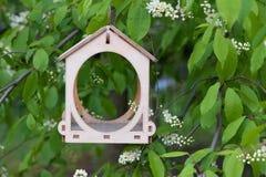 Ξύλινος τροφοδότης πουλιών στοκ φωτογραφίες με δικαίωμα ελεύθερης χρήσης