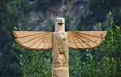 Ξύλινος χαρασμένος αετός πάνω από τον πόλο τοτέμ Στοκ φωτογραφία με δικαίωμα ελεύθερης χρήσης