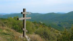 Ξύλινος χριστιανικός ορθόδοξος οκτώ-δειγμένος σταυρός στα βουνά απόθεμα βίντεο