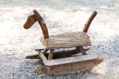 Ξύλινο άλογο λικνίσματος στο πάρκο στοκ εικόνα με δικαίωμα ελεύθερης χρήσης