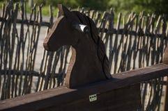 Ξύλινο άλογο στο ναυπηγείο Teddy-άλογο χρωματισμένο ύδωρ παιχνιδιών παιδιών χρώματα Στοκ φωτογραφίες με δικαίωμα ελεύθερης χρήσης
