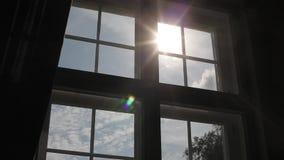 Ξύλινο άσπρο πλαίσιο στο παλαιό παράθυρο του Castle φιλμ μικρού μήκους