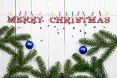 Ξύλινο, άσπρο υπόβαθρο Χριστουγέννων με μια συγχαρητήρια επιγραφή στοκ φωτογραφίες