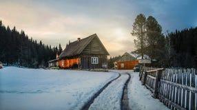 Ξύλινο αγροτικό σπίτι στο χειμερινό δάσος στοκ εικόνες