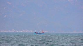 Ξύλινο αλιευτικό σκάφος Βιετνάμ θάλασσας Νότιων Κινών απόθεμα βίντεο