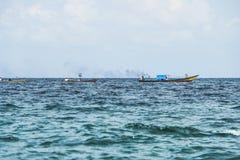 Ξύλινο αλιευτικό σκάφος της Ινδίας θάλασσας Andaman στη θάλασσα το πρωί Στοκ Εικόνες