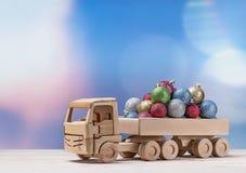 Ξύλινο αυτοκίνητο παιχνιδιών με τις σφαίρες Χριστουγέννων στην πλάτη Στοκ Εικόνες