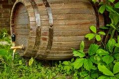 Ξύλινο βαρέλι του κρασιού στην οδό κοντά στον αμπελώνα στοκ φωτογραφία με δικαίωμα ελεύθερης χρήσης