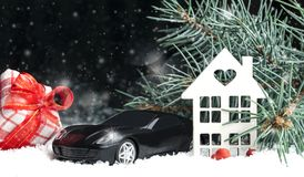 Ξύλινο διακοσμητικό σπίτι στο χιόνι, αυτοκίνητο Στοκ φωτογραφία με δικαίωμα ελεύθερης χρήσης