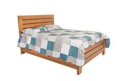 Ξύλινο διπλό κρεβάτι που απομονώνεται στο λευκό στοκ φωτογραφία με δικαίωμα ελεύθερης χρήσης