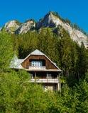 Ξύλινο εξοχικό σπίτι στην κοιλάδα Πέτρινα βουνά Στοκ Εικόνες