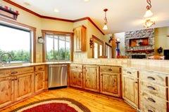 Ξύλινο εσωτερικό βασικών κουζινών πολυτέλειας. Νέο αγροτικό αμερικανικό σπίτι. Στοκ Εικόνα