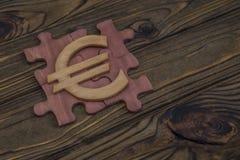 Ξύλινο ευρο- σημάδι γρίφων στο ξύλινο υπόβαθρο στοκ εικόνες με δικαίωμα ελεύθερης χρήσης