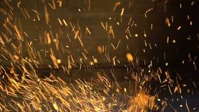 Ξύλινο κάψιμο κινηματογραφήσεων σε πρώτο πλάνο στην εστία Φωτεινοί σπινθήρες από τις χοβόλεις σε ένα μαύρο υπόβαθρο απόθεμα βίντεο