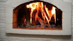 Ξύλινο κάψιμο σε μια άνετη εστία στο σπίτι στο εσωτερικό Εστία ως κομμάτι των επίπλων απόθεμα βίντεο