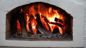 Ξύλινο κάψιμο σε μια άνετη εστία στο σπίτι φιλμ μικρού μήκους