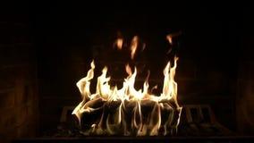 Ξύλινο κάψιμο φλογών πυρκαγιάς στην καλή άνετη εστία ατμόσφαιρας κούτσουρων να ζαλίσει το ικανοποιώντας στενό επάνω σε αργή κίνησ απόθεμα βίντεο