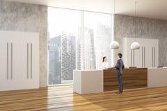 Ξύλινο και συγκεκριμένο γραφείο, δευτερεύοντες άνθρωποι υποδοχής Στοκ εικόνες με δικαίωμα ελεύθερης χρήσης