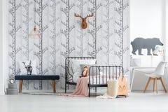 Ξύλινο καλάθι με τις ρόδες Στοκ φωτογραφίες με δικαίωμα ελεύθερης χρήσης