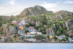 Ξύλινο κατοικημένο σπίτι που στηρίζεται στους απότομους λόφους του ST John ` s, νέους Στοκ Εικόνες