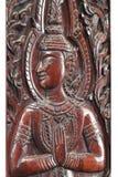 Ξύλινο καφετί αρσενικό ταϊλανδικό άγαλμα αγγέλου κινηματογραφήσεων σε πρώτο πλάνο που γεμίζουν που απομονώνεται με τα άσπρα υπόβα Στοκ φωτογραφία με δικαίωμα ελεύθερης χρήσης