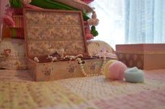 Ξύλινο καφετί κιβώτιο κοσμήματος με τα μαργαριτάρια και cottonwool Στοκ φωτογραφία με δικαίωμα ελεύθερης χρήσης