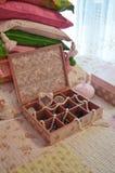 Ξύλινο καφετί κιβώτιο κοσμήματος με τα μαργαριτάρια Στοκ φωτογραφία με δικαίωμα ελεύθερης χρήσης