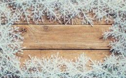 Ξύλινο καφετί υπόβαθρο Χριστουγέννων και άσπρα snowflakes με το spac Στοκ φωτογραφία με δικαίωμα ελεύθερης χρήσης