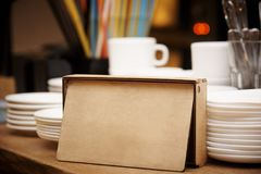 Ξύλινο κιβώτιο στον πίνακα στοκ φωτογραφίες με δικαίωμα ελεύθερης χρήσης