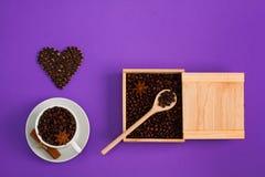 Ξύλινο κουτάλι κιβωτίων καρδιών anis κανέλας σπόρων φλιτζανιών του καφέ Στοκ φωτογραφία με δικαίωμα ελεύθερης χρήσης