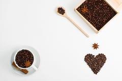 Ξύλινο κουτάλι κιβωτίων καρδιών anis κανέλας σπόρων φλιτζανιών του καφέ Στοκ Φωτογραφία