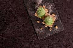 Ξύλινο κουτάλι με το παγωτό φυστικιών στοκ εικόνα με δικαίωμα ελεύθερης χρήσης