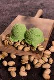 Ξύλινο κουτάλι με το παγωτό φυστικιών στοκ φωτογραφίες