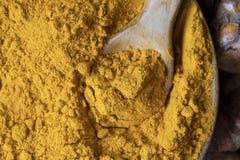 Ξύλινο κουτάλι με turmeric τη σκόνη στοκ φωτογραφία με δικαίωμα ελεύθερης χρήσης