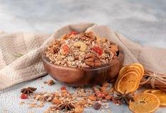 Ξύλινο κύπελλο με το granola με τα καρύδια, ξηρά τα βακκίνια και ξηρός στοκ εικόνα με δικαίωμα ελεύθερης χρήσης