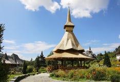 Ξύλινο μοναστήρι Barsana, Maramures, Ρουμανία στοκ εικόνα
