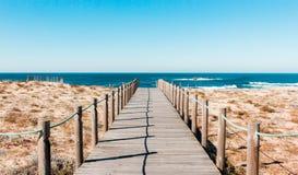 Ξύλινο μονοπάτι στην παραλία Πορτογαλία στοκ εικόνες
