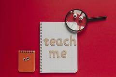 Ξύλινο ` μου διδάσκει την εγγραφή ` σε μια σχολική τάξη και την ενίσχυση - γυαλί με τα μάτια Στοκ φωτογραφίες με δικαίωμα ελεύθερης χρήσης
