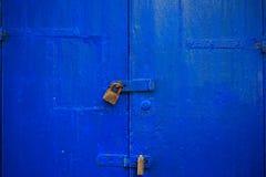 Ξύλινο μπλε υπόβαθρο πορτών που κλειδώνεται με δύο σκουριασμένα λουκέτα Η ηλικίας, κλειστή είσοδος, κλείνει επάνω την άποψη με τι Στοκ φωτογραφίες με δικαίωμα ελεύθερης χρήσης