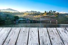 Ξύλινο πάτωμα και άποψη του ορόσημου του ταϊλανδικού χωριού Rak στο γιο της Mae Hong, Τ Στοκ εικόνες με δικαίωμα ελεύθερης χρήσης