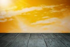 Ξύλινο πάτωμα μπαλκονιών προοπτικής και νεφελώδες ηλιοβασίλεμα ουρανού Στοκ Φωτογραφίες