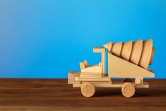 Ξύλινο παιχνίδι αυτοκινήτων, Χριστούγεννα Κάρτα Χριστουγέννων, θέση για το κείμενό σας Στοκ Φωτογραφία
