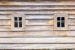 Ξύλινο παράθυρο δύο στο παλαιό ρωσικό σπίτι Στοκ Φωτογραφίες