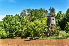 Ξύλινο παρατηρητήριο κυνηγιού στο τσεχικό τοπίο Επαρχία στη Δημοκρατία της Τσεχίας Άγριο κυνήγι παιχνιδιών Στοκ Εικόνα