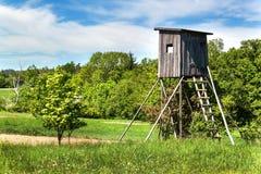 Ξύλινο παρατηρητήριο κυνηγιού στο τσεχικό τοπίο Επαρχία στη Δημοκρατία της Τσεχίας Άγριο κυνήγι παιχνιδιών Στοκ εικόνες με δικαίωμα ελεύθερης χρήσης