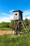 Ξύλινο παρατηρητήριο κυνηγιού στο τσεχικό τοπίο Επαρχία στη Δημοκρατία της Τσεχίας Άγριο κυνήγι παιχνιδιών Στοκ Φωτογραφία