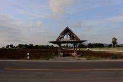 Ξύλινο περίπτερο συντριβής στην επαρχία Ταϊλάνδη ακρών του δρόμου Στοκ φωτογραφίες με δικαίωμα ελεύθερης χρήσης