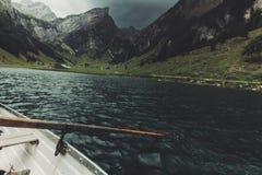 Ξύλινο πηδάλιο στην μπροστινά όμορφα λίμνη Seealpsee και mou Alpstein Στοκ Εικόνα